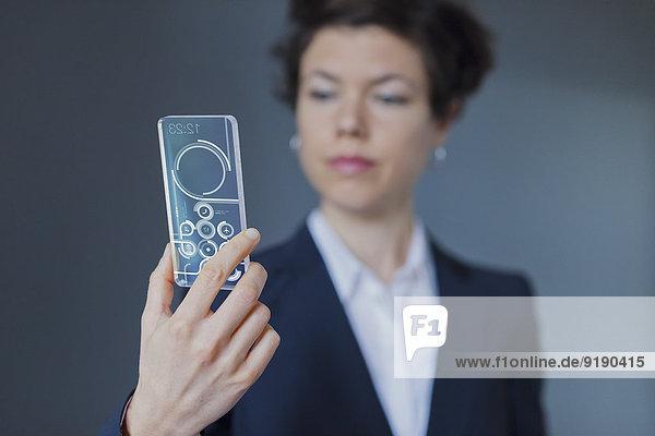 Porträt einer Geschäftsfrau mit modernem  transparentem Smartphone