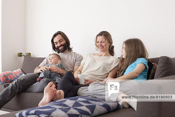 Glückliche Familie verbringt ihre Freizeit im Wohnzimmer