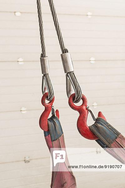 Nahaufnahme von Rolle und Seil an der Holzwand