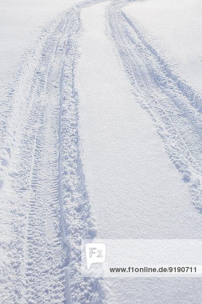 Hochwinkelansicht der Reifenspur auf Schnee