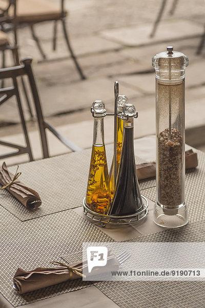 Gewürzflaschen und Servietten auf dem Tisch im Restaurant