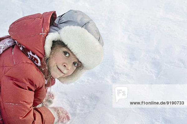 Seitenansicht Porträt eines Mädchens im Schnee