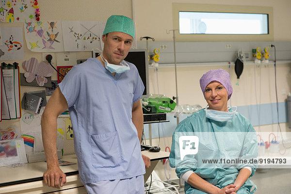 Portrait eines Chirurgen und einer Chirurgin im Aufwachraum