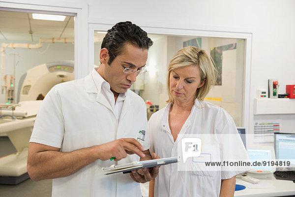 Ärzte untersuchen MRT-Bericht im medizinischen Untersuchungsraum