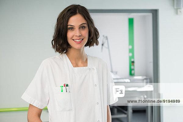 Porträt einer Krankenschwester lächelnd im Krankenhaus