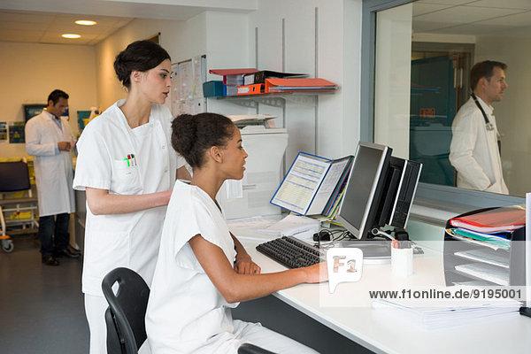 Praktikantin und Ärztin im Schwesternbüro