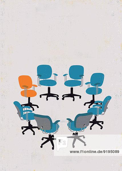 Oranger Stuhl hebt sich von blauen leeren Stühlen die in einem Kreis stehen ab Oranger Stuhl hebt sich von blauen leeren Stühlen die in einem Kreis stehen ab