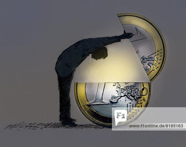 Mann schaut in eine große Euromünze