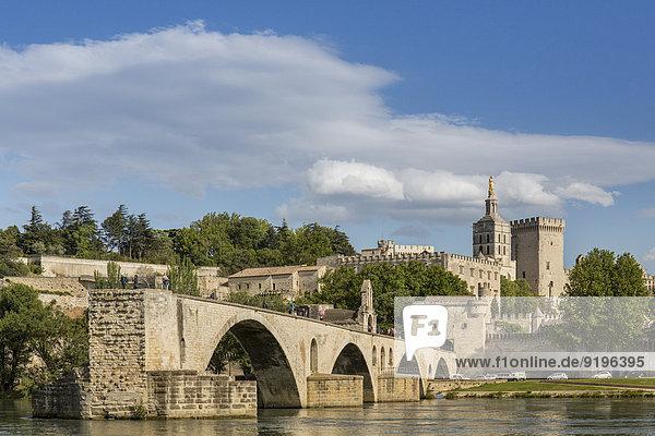 Die historische Brücke von Avignon  hinten der Papstpalast  Avignon  Département Vaucluse  Provence-Alpes-Côte d'Azur  Frankreich