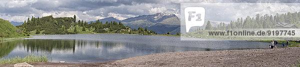 Panoramablick auf den größten der Colbricon-Seen vom Ufer  Rollepass  Dolomiten  Venetien  Italien