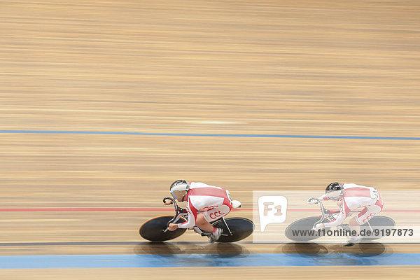 Krysztof Maksel  Nr. 40 und Rafal Sarnecki  Nr. 43  aus Polen  belegen den zweiten Platz in der Team-Sprint Qualifikation der Elite-Herren beim GP Vienna 2013  Ferry-Dusika-Stadion  Wien  Österreich