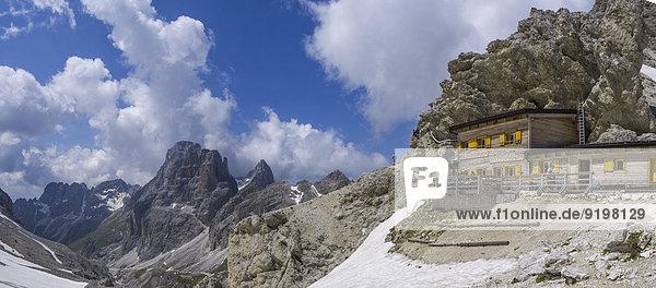 Prinzenpass-Hütte und die Berge des Catinaccio oder Rosengarten  Dolomiten  Trentino  Italien