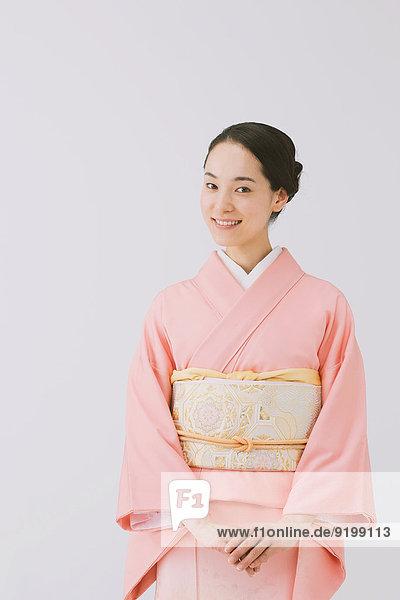 Frau Tradition weiß Hintergrund jung japanisch Kimono