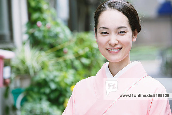 Frau Tradition jung japanisch Kimono