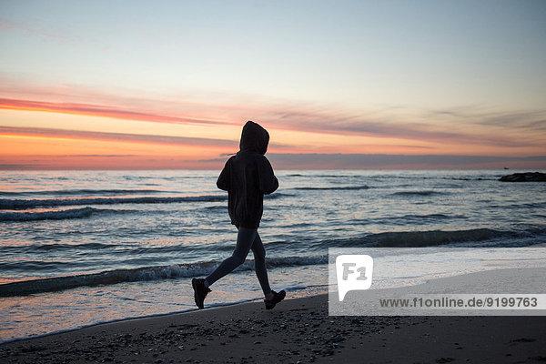 Strand rennen jung Mädchen