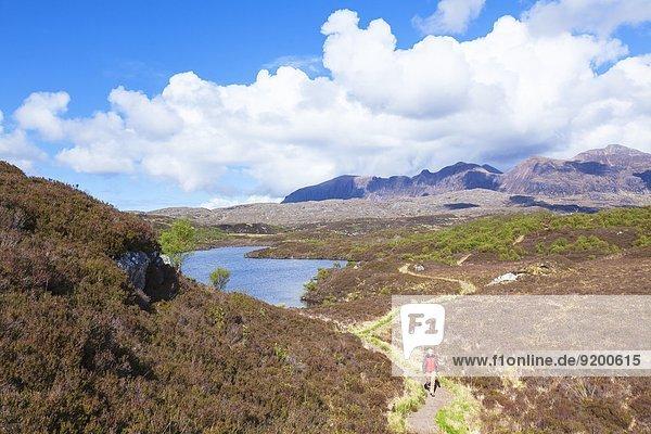 Frau wandert am Loch na h-Innse Fraoich  Loch an t-Sabhail circuit  Schottland  Großbritannien  Europa