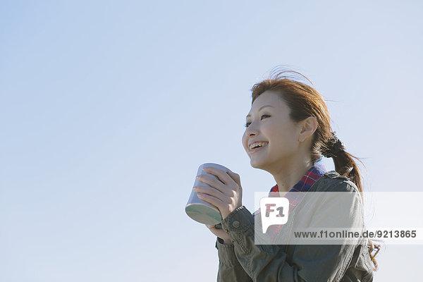 Frau Tasse lächeln Reise japanisch