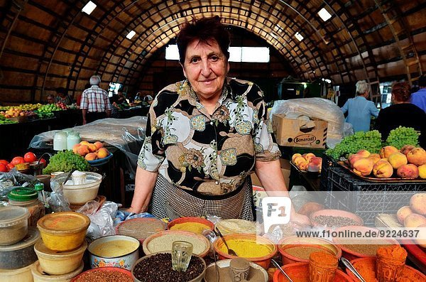 Frau bedecken verkaufen Gewürz Armenien Markt