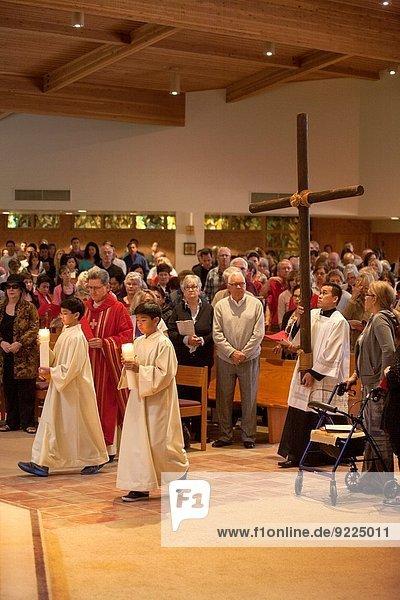 überqueren tragen Assistent führen Kerze rot Kalifornien jung Heiligkeit Pfarrer Kellner Altar Kreuz Blei Prozession Donnerstag