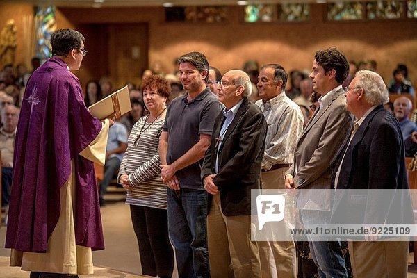 Mensch Menschen Wunsch Kirche amerikanisch Besuch Treffen trifft Kalifornien katholisch Geistlicher Überprüfung vietnamesisch