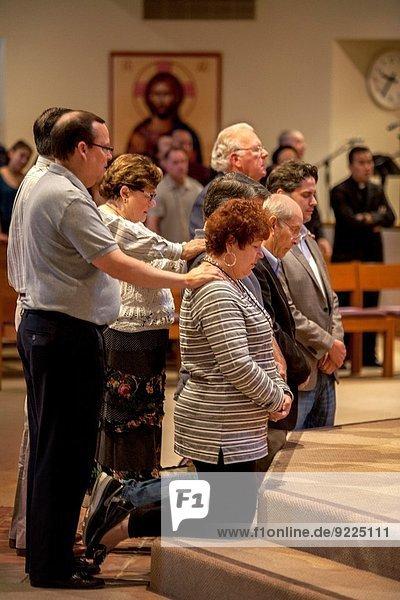Mensch Menschen kniend Wunsch Kirche Kalifornien katholisch Geistlicher Überprüfung