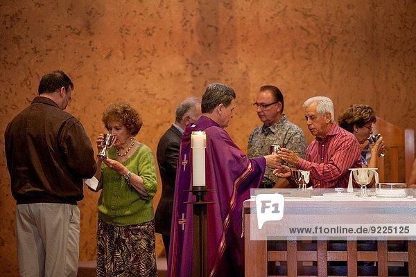 Fest festlich Kalifornien Geistlicher katholisch
