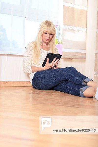 Interior zu Hause junge Frau junge Frauen Portrait lesen ebook