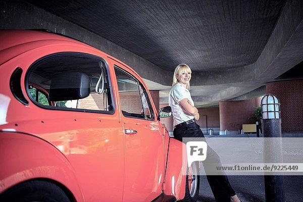 Städtisches Motiv Städtische Motive Straßenszene junge Frau junge Frauen Portrait Auto Klassisches Konzert Klassik