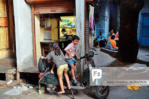 Delhi Hauptstadt Straße Spiel Kickboard Indien neu Roller