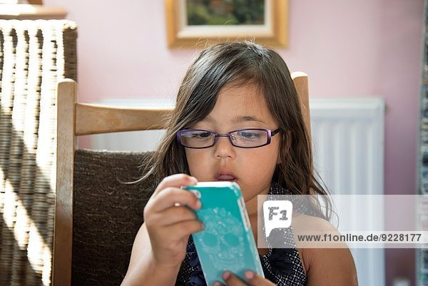 klein Smartphone Mädchen