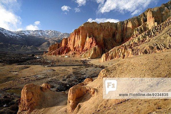 nahe Sonnenuntergang Steilküste Dorf rot Höhle Grenze Mustang Nepal Tibet