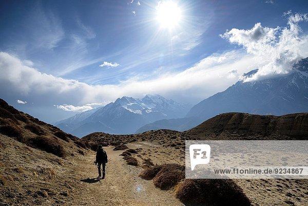 zwischen inmitten mitten nahe Berg Dorf Bergwanderer Grenze Mustang