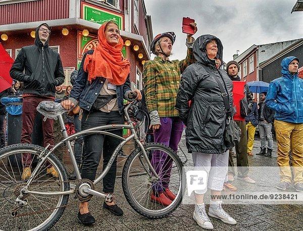 Reykjavik Hauptstadt Mensch sehen Menschen Fest festlich Regen Island