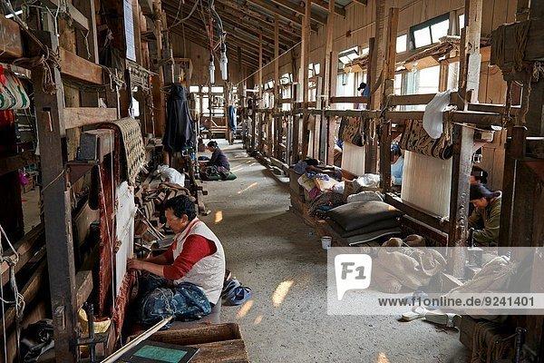 Frau Mann Teppichboden Teppich Teppiche weben Einsamkeit Flucht Tibet