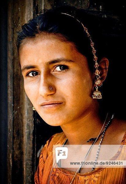 Farbaufnahme Farbe Frau Eingang Dorf jung Verbesserung Indien indische Abstammung Inder Rajasthan