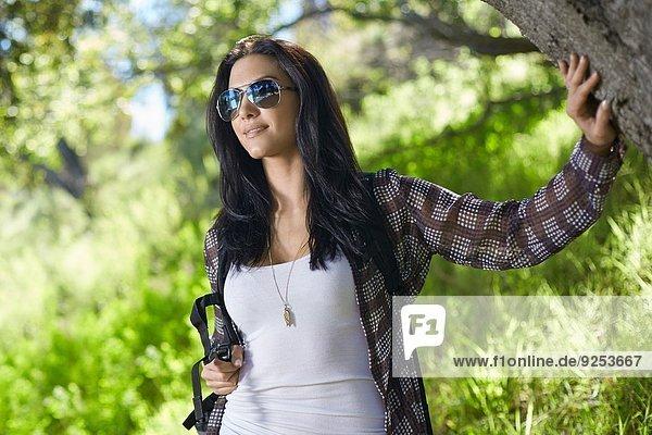 Mittlere erwachsene Frau beim Waldspaziergang