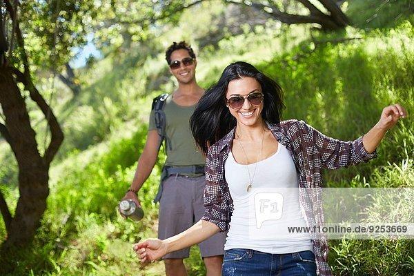 Lächelndes Paar beim Spaziergang im Wald