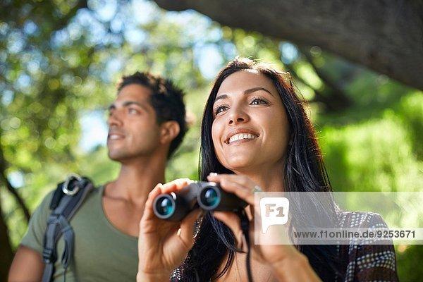 Paar mit Fernglas Vogelbeobachtung im Wald