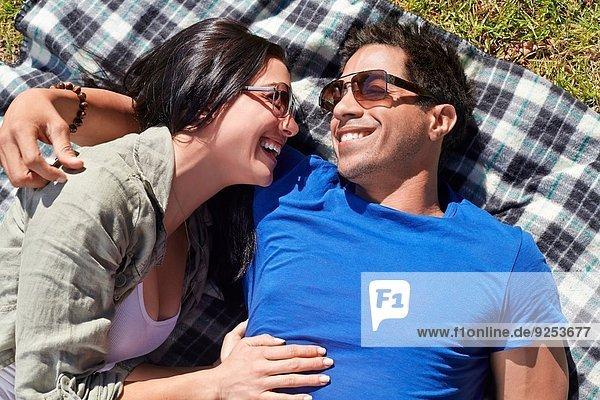 Overhead-Ansicht des Paares auf Picknickdecke