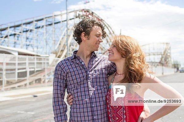 Romantisches Paar  das sich im Vergnügungspark anschaut.