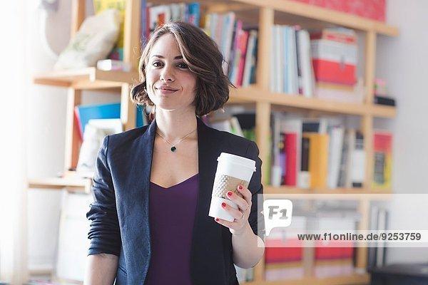 Junge Frau macht Kaffeepause Junge Frau macht Kaffeepause