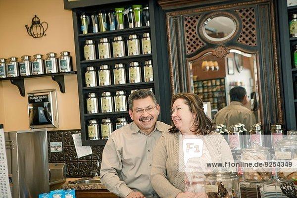 Porträt eines reifen Kaffeehausbesitzers in der Kaffeeküche