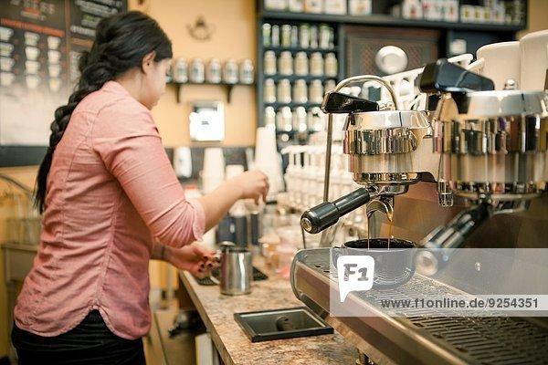 Barista beschäftigt mit Espressomaschine im Cafe