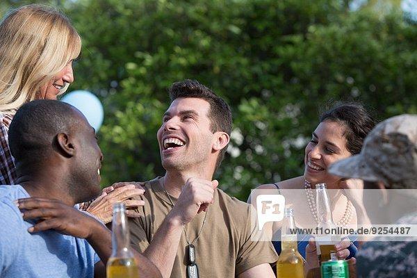 Männlicher Soldat feiert mit Familie und Freunden auf der Homecoming-Party