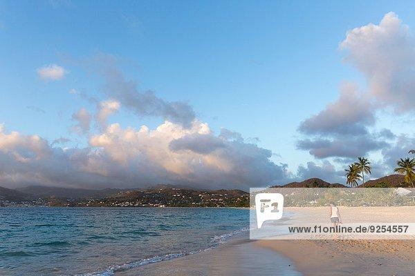 Rückansicht der mittleren erwachsenen Frau beim Bummeln am Strand  Spice Island Beach Resort  Grenada  Karibik