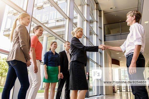 Unternehmerinnen und Unternehmer am Ende eines angenehmen Treffens