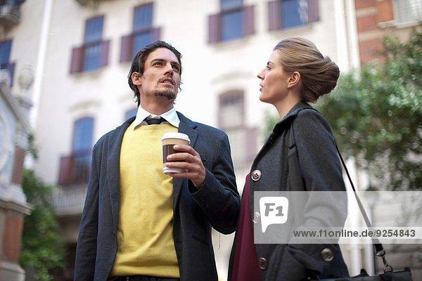 Geschäftsmann und Frau beim Plaudern auf der Straße