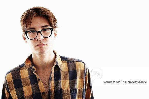 Atelierporträt eines jungen Mannes mit Brille