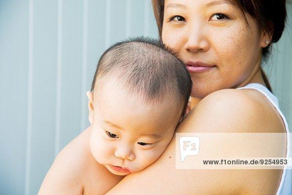 Nahaufnahme Porträt von Mutter und müdem Jungen