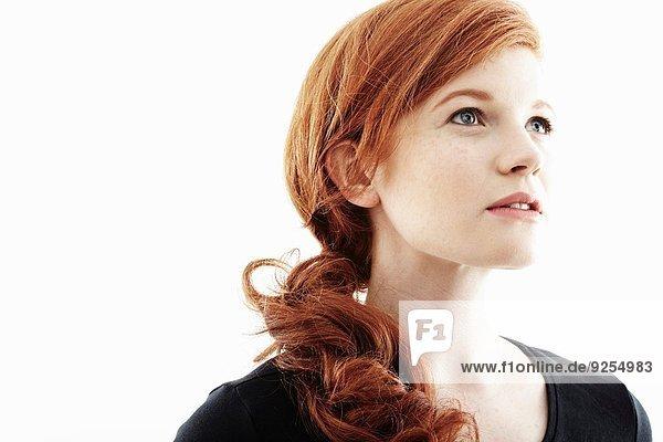 Atelierporträt einer jungen Frau mit Blick nach oben